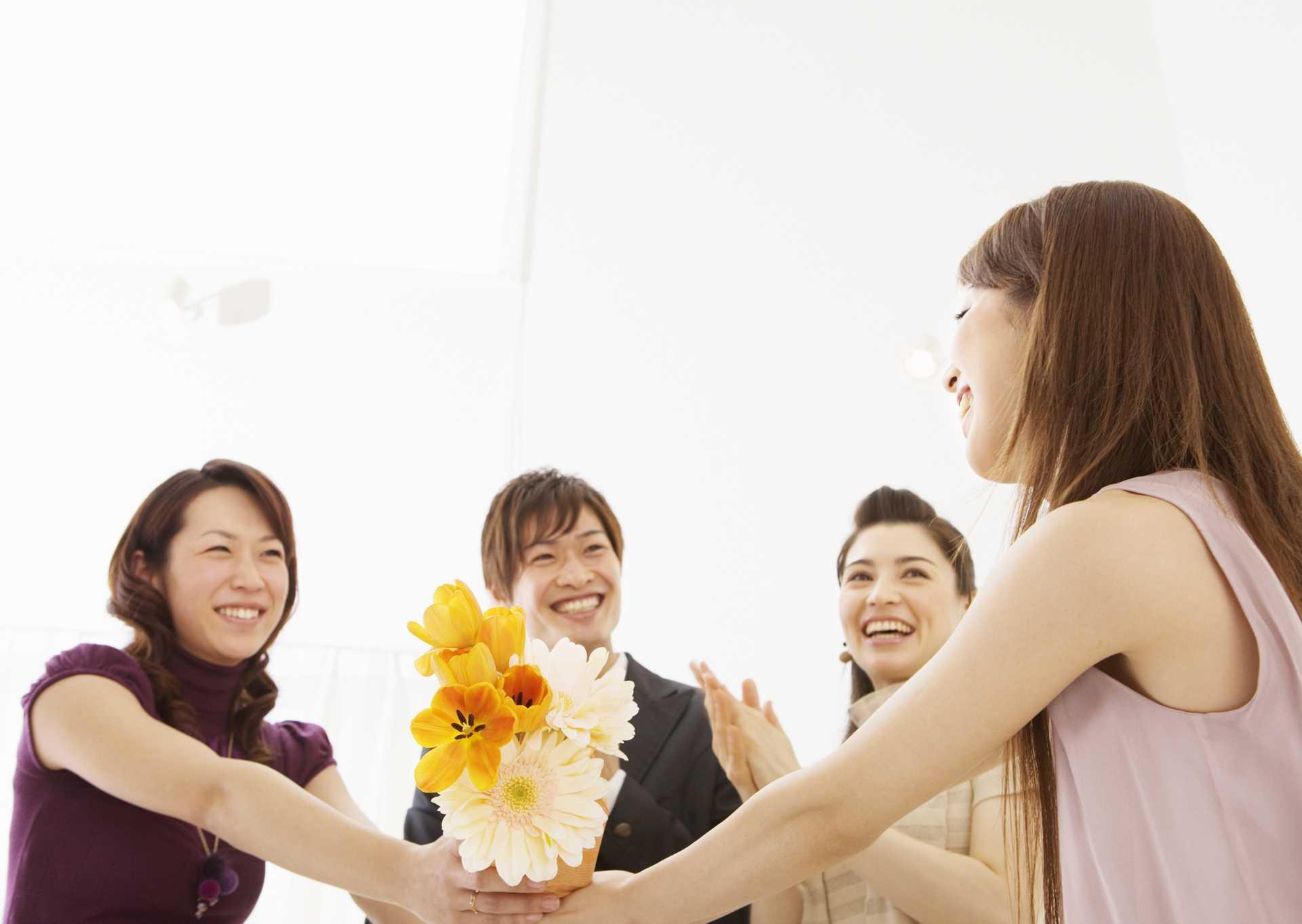 幸せは、独り占めするにつれて減り、分け与えるにつれて増えていく。 | 幸せな気分になる30の方法