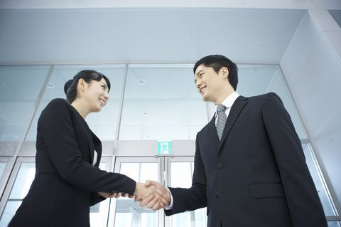 握手をするときは、手より目を見よう。 | 人生の生き方が上手になる30の方法