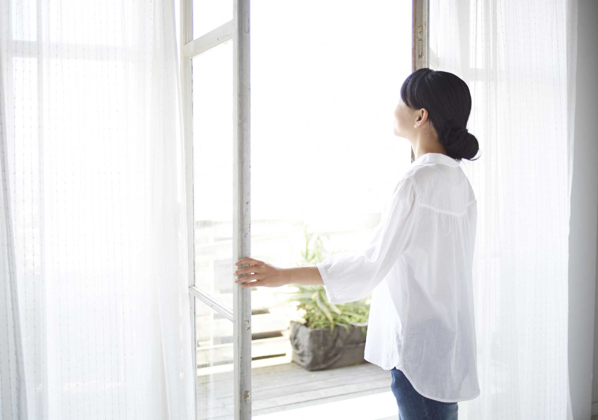 起きたらすぐ、窓を開けよう。気持ちのいい朝は、新鮮な酸素が必要。 | 早寝早起きの生活で人生を変える30の方法