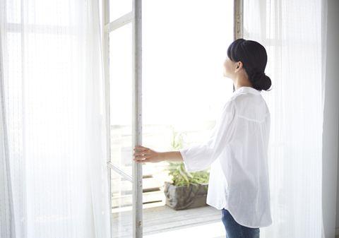窓を開けて空気を入れ替えると、気分も入れ替わる。   気分転換がうまくなる30の方法