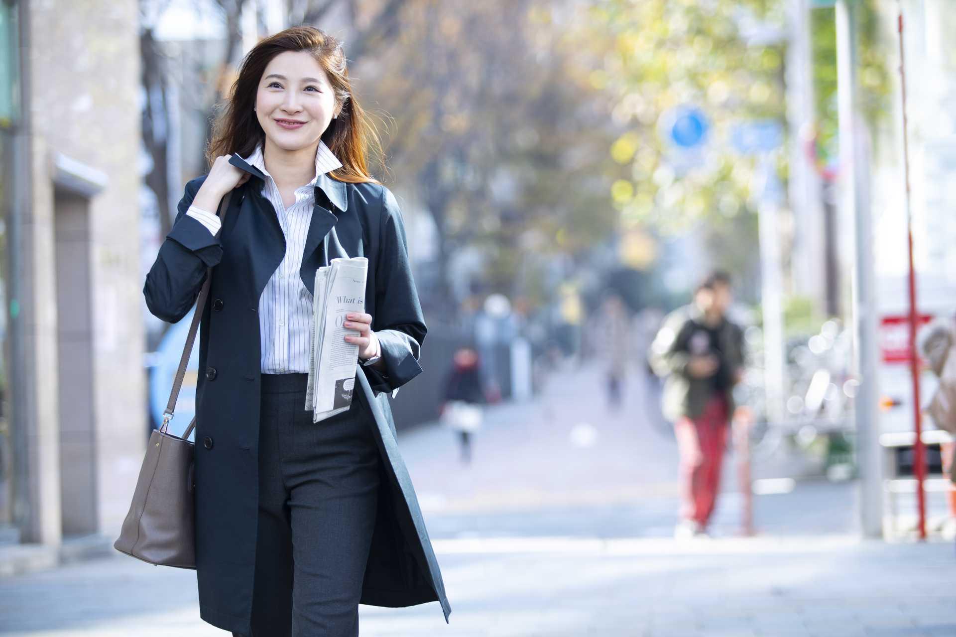 歩き方がきれいな人はいつも元気。自分の足音のリズムに乗っているから。 | 脳を刺激する30の歩き方