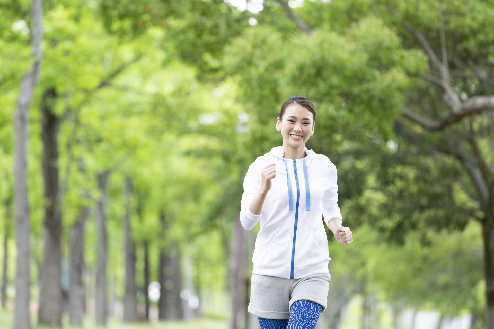 歩いているときは、楽しそうな表情をしながら歩こう。 | 脳を刺激する30の歩き方